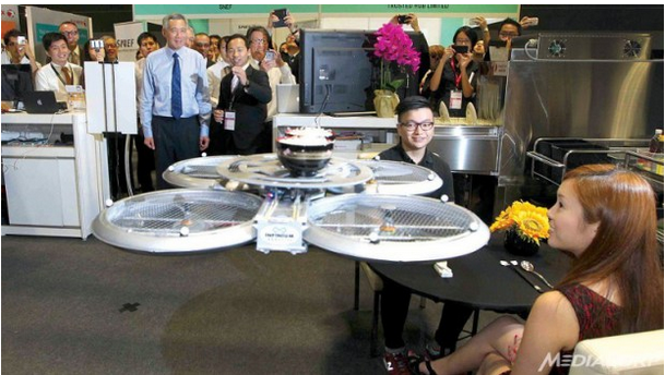 クアドロコプターがお料理を運びます(http://radio.foxnews.com/より)