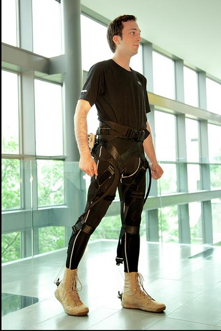 兵士用のエクソスケルトンは、戦闘服の下に着られるようなものが構想されている(http://www.darpa.mil/より)