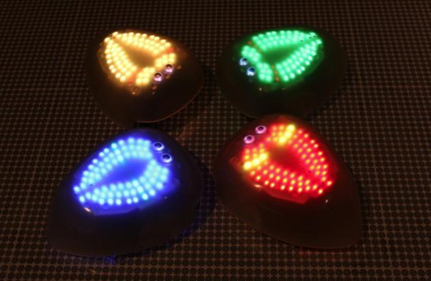 来館者の動きに合わせていろいろな挙動を見せるロボットスワーム(http://momath.org/より)
