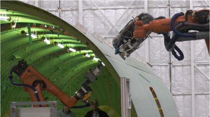 ボーイング社の工場では2台のロボットが共同作業をする(http://www.boeing.com/より)