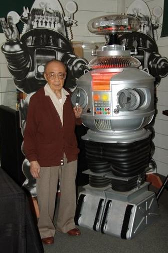 ファンが作ったロボットのレプリカの前に立つロバート・キノシタ(2004年)(http://www.hollywoodreporter.com/より)