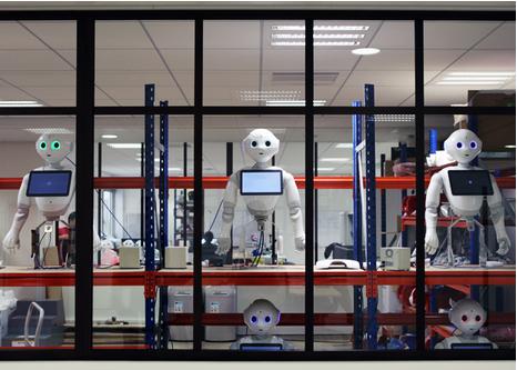 パリのアルデバラン・ロボティクス社でテスト中のペッパー(http://spectrum.ieee.org/より)