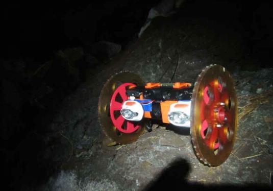 ボルケーノボット1。これが火山表面の亀裂から侵入する(http://www.techtimes.com/より)