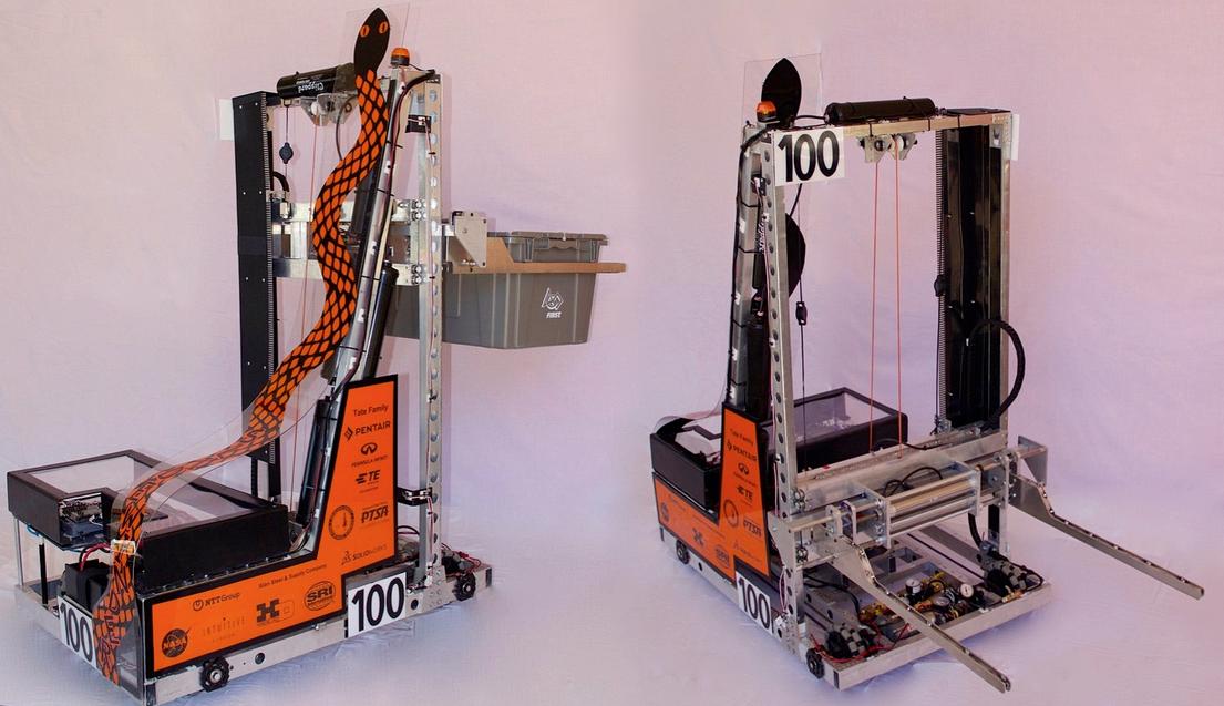 完成したチーム100のロボット。チームカラーであるオレンジ色のヘビがあしらわれている