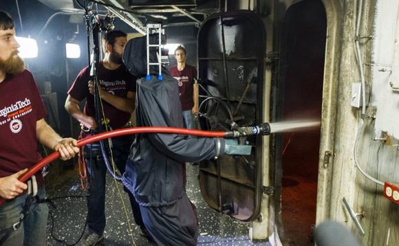 海軍研究事務所とバージニア工科大学が開発した、火消しロボット(http://www.navy.mil/local/onr/より)