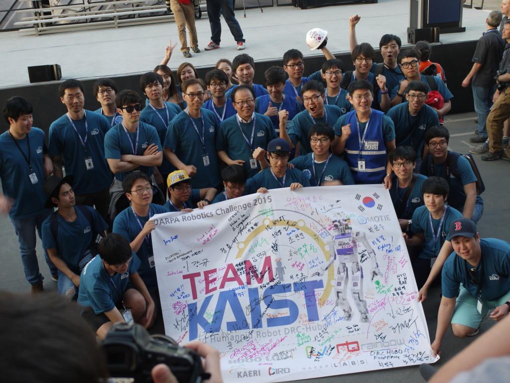 第1位を獲得した韓国のKAISTチーム。中央の眼鏡の男性(右)が、Huboの生みの親である呉俊鎬(オ・ジュンホ)教授。