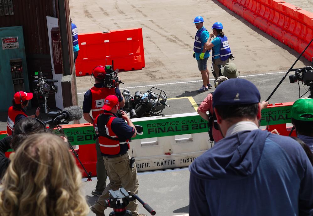チームHectorのロボットは、扉の前で転倒