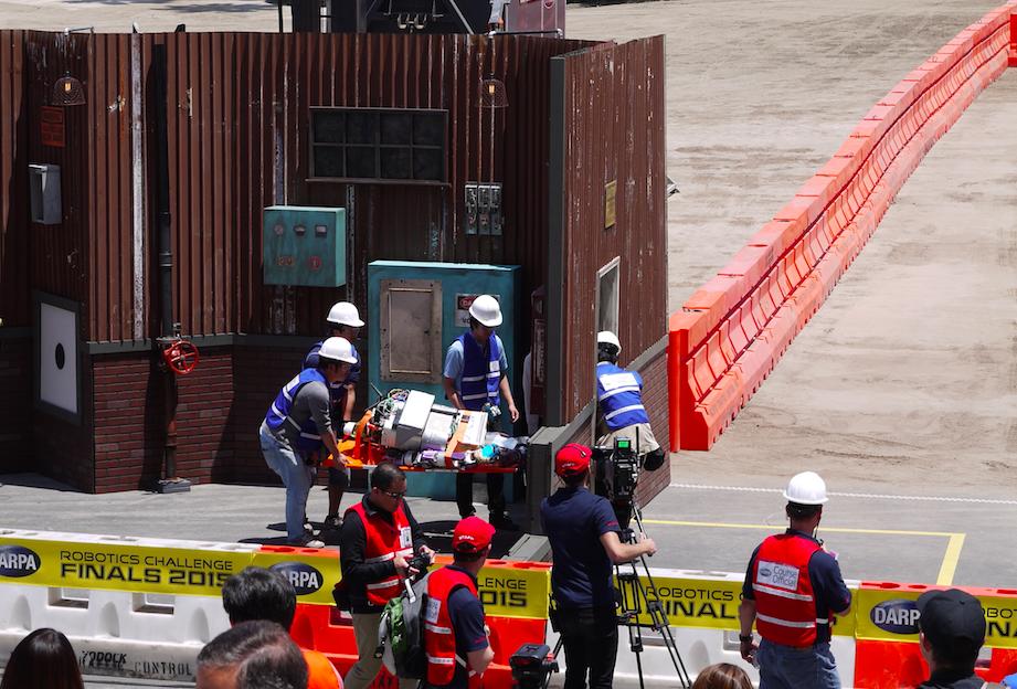 チームNEDO-JSKのロボットが運び出されるところ。