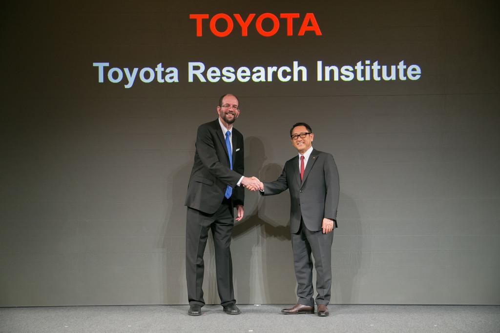 研究所設立発表の記者会見の模様。左がTRIのCEOとなるプラット氏、右は豊田章雄社長(www.toyota.co.jpより)