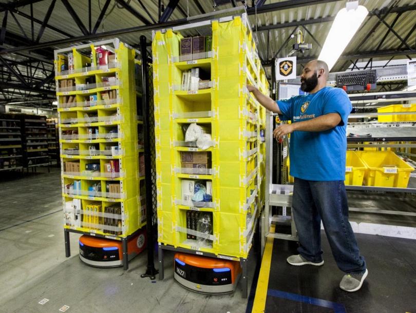 アマゾンの配送センターで利用されているキヴァ・システムズ社のロボット(http://venturebeat.com/より)