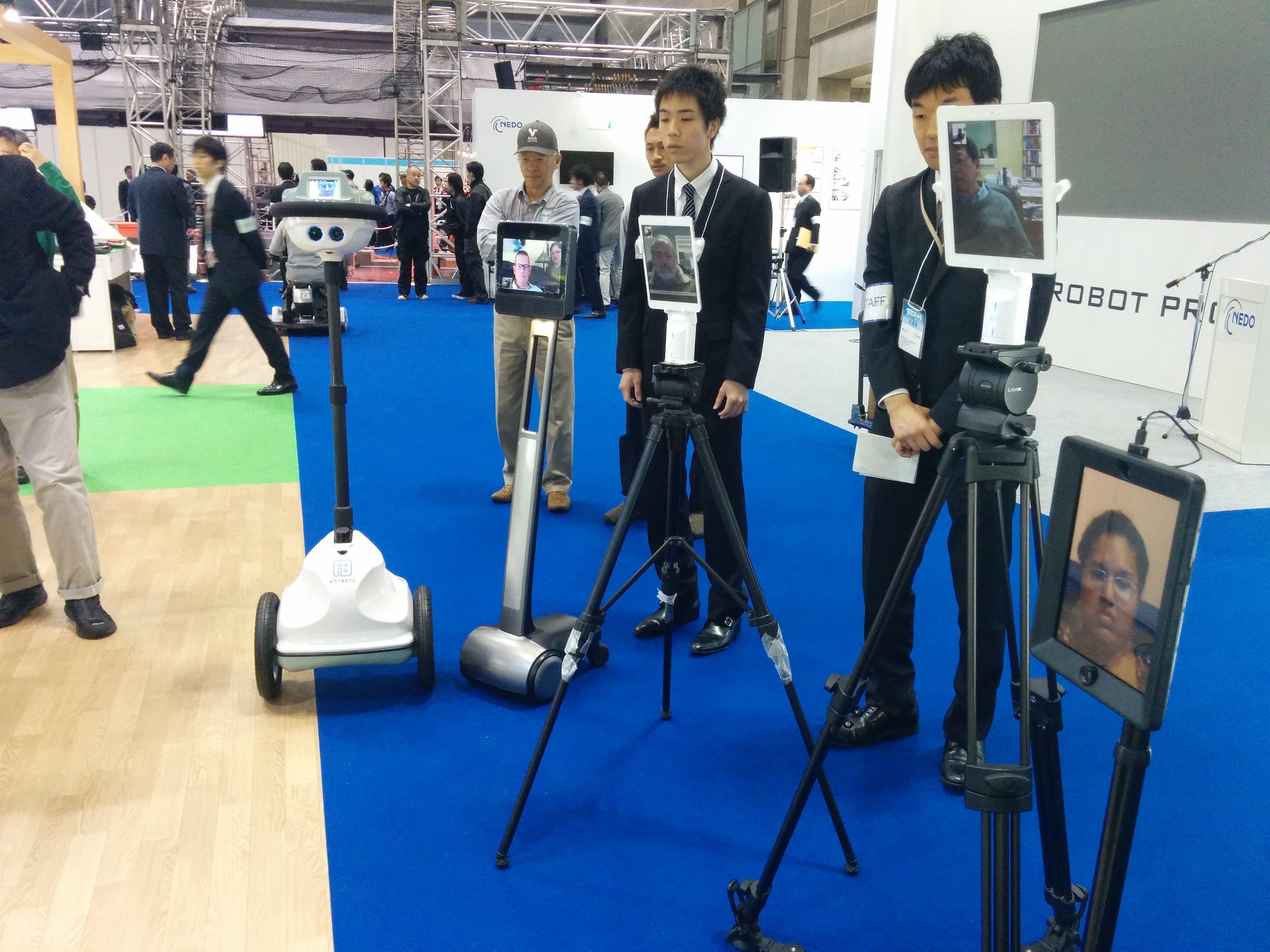 開発者から介護ロボットの説明を聞く5人のテレプレゼンス・ロボット登壇者
