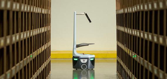 ローカス・ロボティクスの製品。作業員がピックしたカゴを運ぶ。(http://www.locusrobotics.com/より)